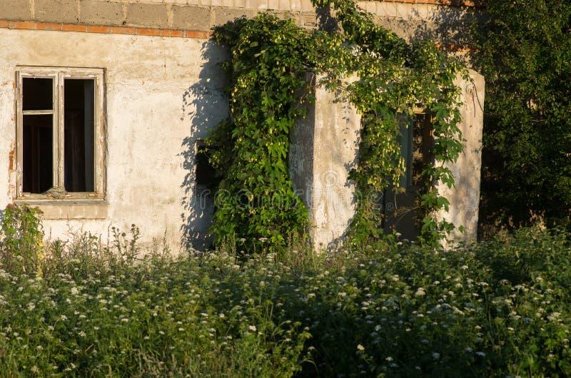 La casa en ciudad militar abandonada llamó Chernobyl-2 en la zona de exclusión de Chernóbil, Ucrania fotos de archivo libres de regalías