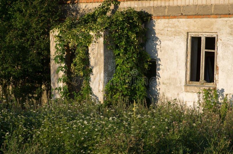La casa en ciudad militar abandonada llamó Chernobyl-2 en la zona de exclusión de Chernóbil, Ucrania fotografía de archivo libre de regalías
