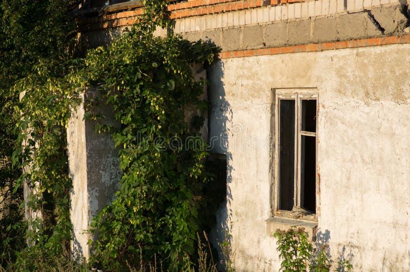 La casa en ciudad militar abandonada llamó Chernobyl-2 en la zona de exclusión de Chernóbil, Ucrania foto de archivo libre de regalías