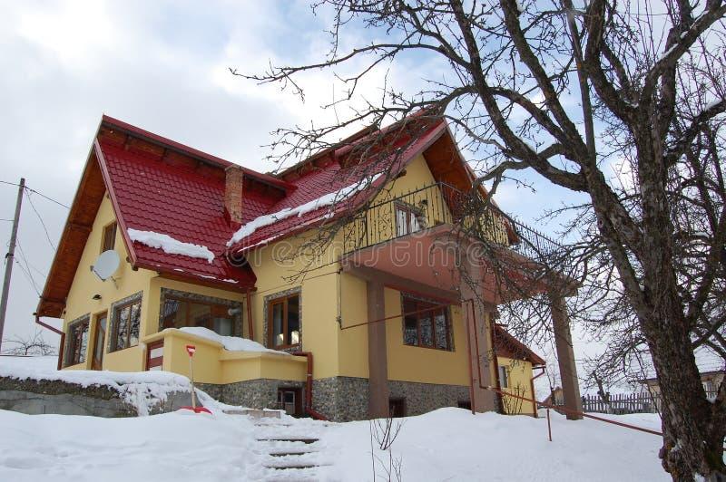 La casa gialla dentro alle montagne immagine stock libera da diritti