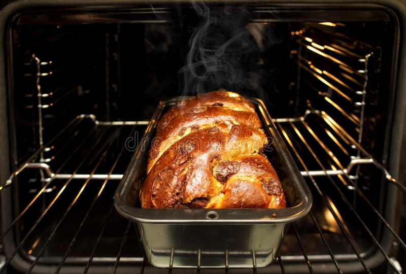 La casa ha fatto di recente ancora il cozonac rumeno tradizionale al forno del pan di Spagna di natale di Natale nella forma di c fotografie stock