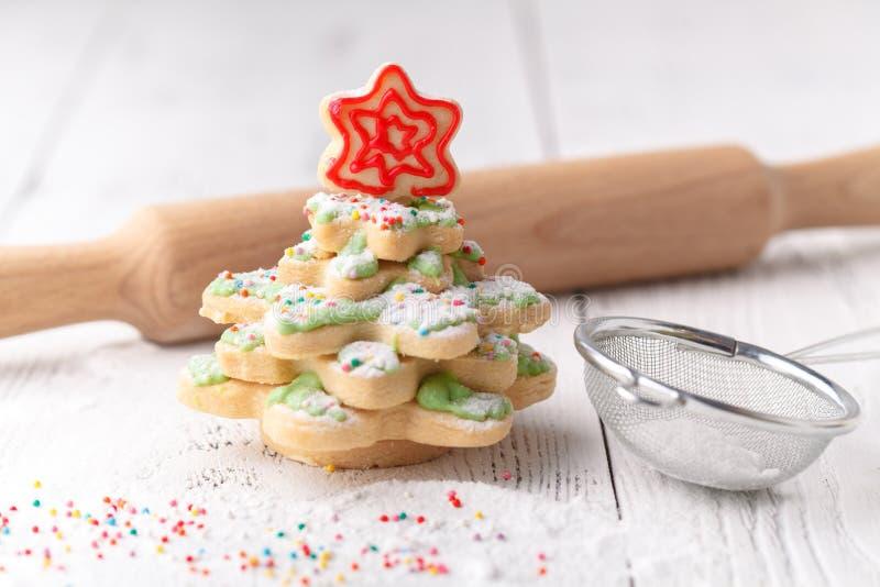 La casa ha fatto l'albero al forno del pan di zenzero di Natale come regalo immagini stock libere da diritti