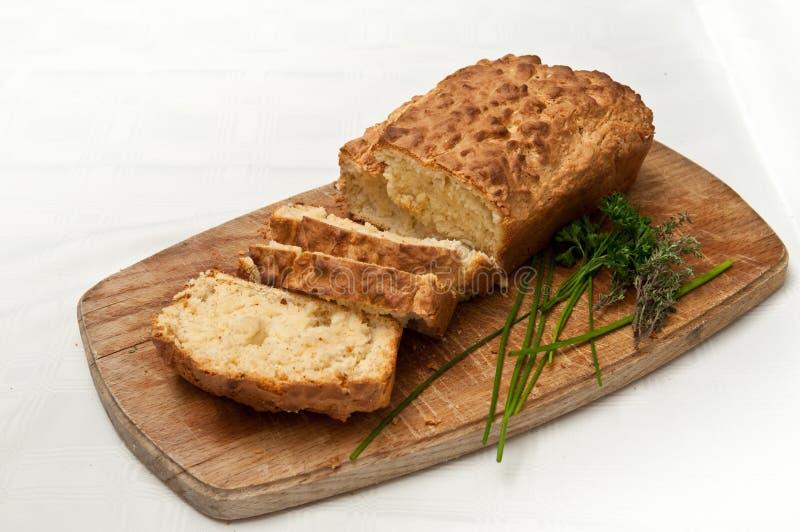 La casa ha fatto la pagnotta e le fette del pane immagini stock