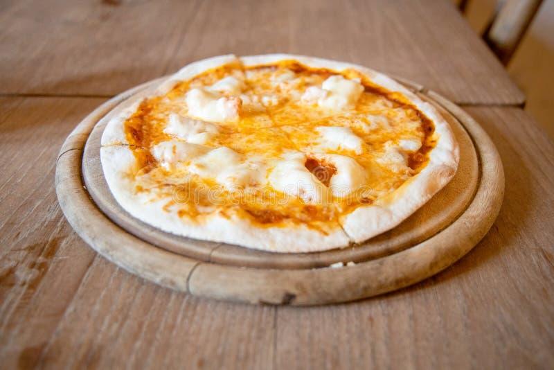 La casa ha prodotto la pizza sottile croccante del gamberetto e del formaggio immagine stock