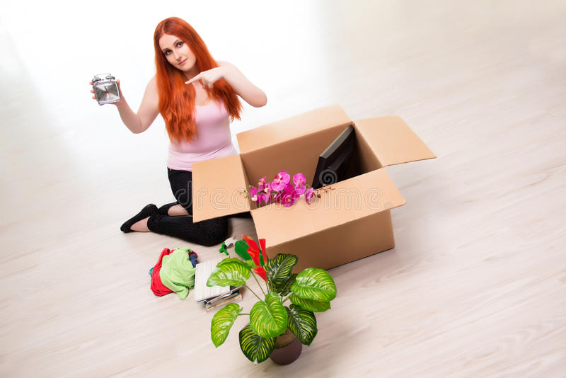 La casa móvil de la mujer joven en concepto de la forma de vida fotos de archivo