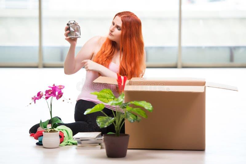 La casa móvil de la mujer joven en concepto de la forma de vida fotografía de archivo