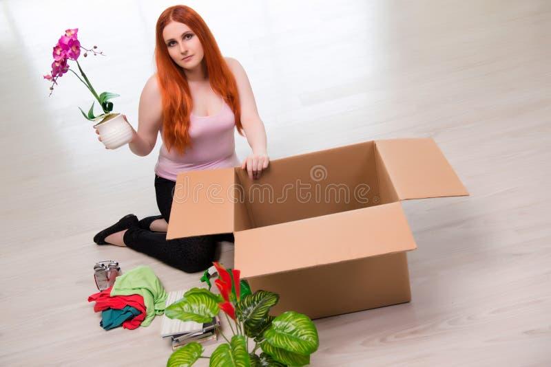 La casa móvil de la mujer joven en concepto de la forma de vida foto de archivo