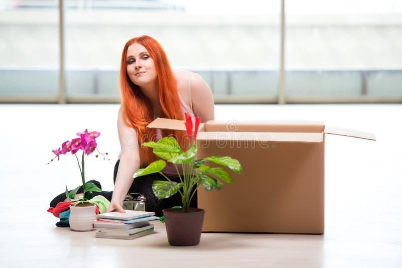 La casa móvil de la mujer joven en concepto de la forma de vida imágenes de archivo libres de regalías