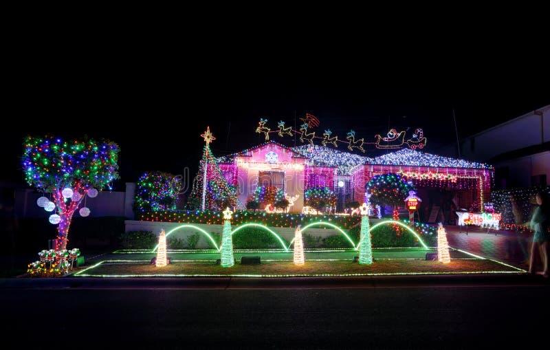 La casa magica del paese delle meraviglie di Natale colorata ha condotto la decorazione delle luci fotografia stock libera da diritti
