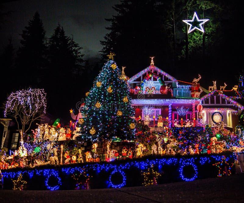 La casa meravigliosamente decorata di Natale con milione luci differenti e Betlemme Star alla cima fotografie stock