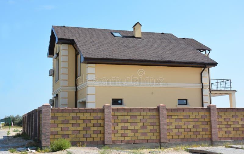 La casa moderna con la terraza del balcón, sistema del canal del tejado, ventana del tragaluz del ático, humo, asfalto escalona c fotos de archivo libres de regalías