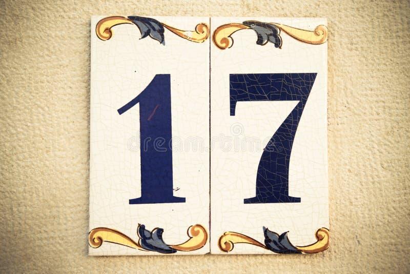 La casa número diecisiete en el portugués tradicional esmaltó la teja fotografía de archivo libre de regalías