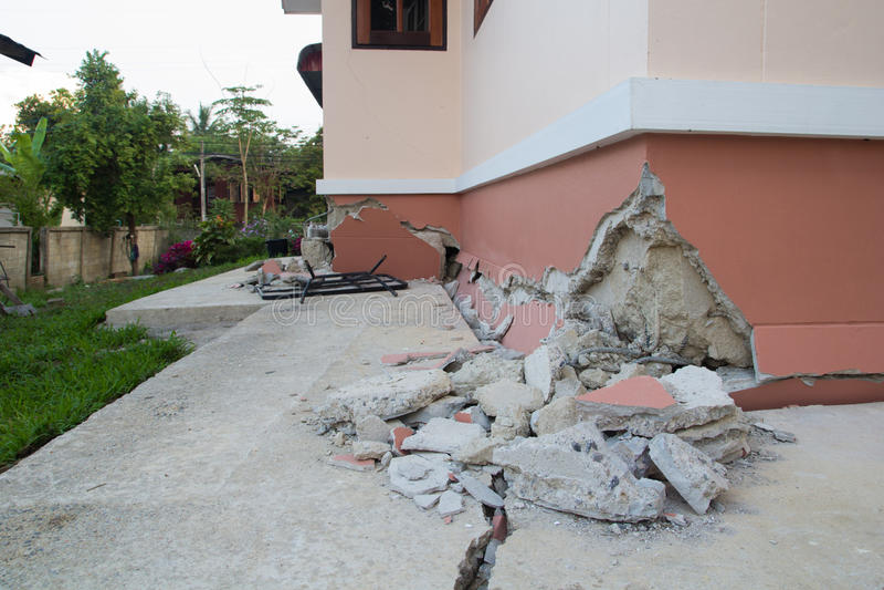 la casa parzialmente è sprofondato dopo la distruzione immagini stock libere da diritti
