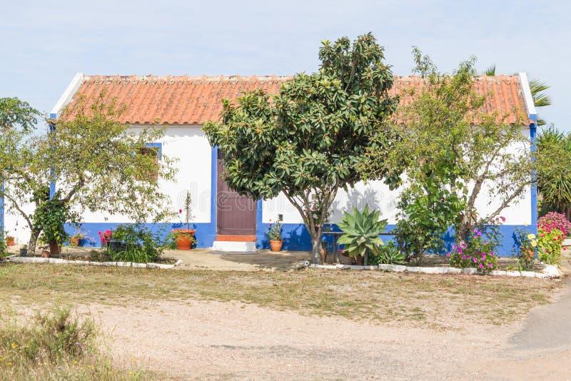 La casa portoghese tipica in Vale Seco, Santiago fa Cacem fotografia stock libera da diritti