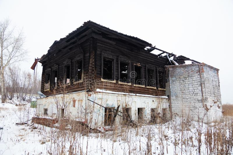 La casa que quemó abajo en el invierno imágenes de archivo libres de regalías