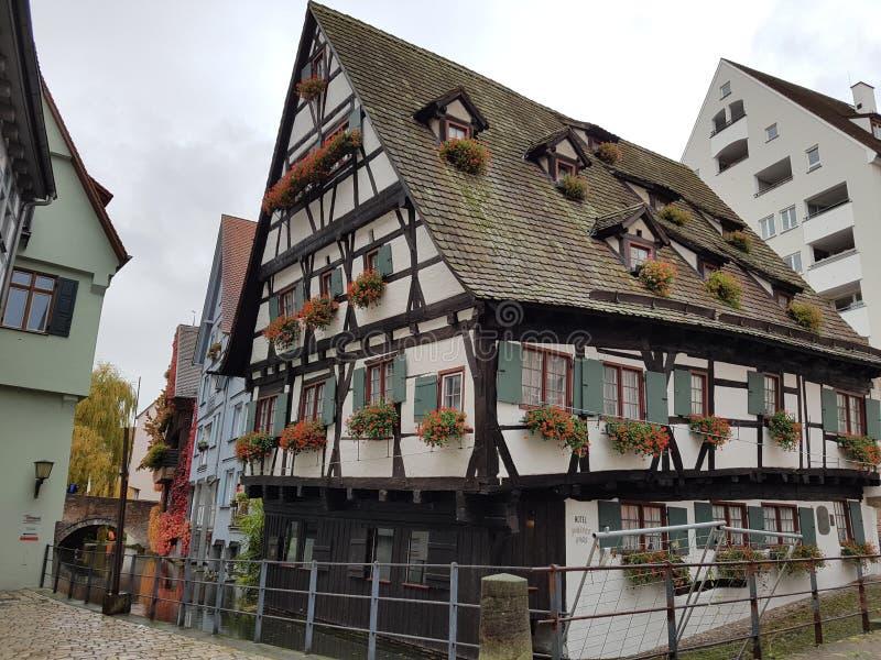 La casa que se inclina en Ulm fotos de archivo
