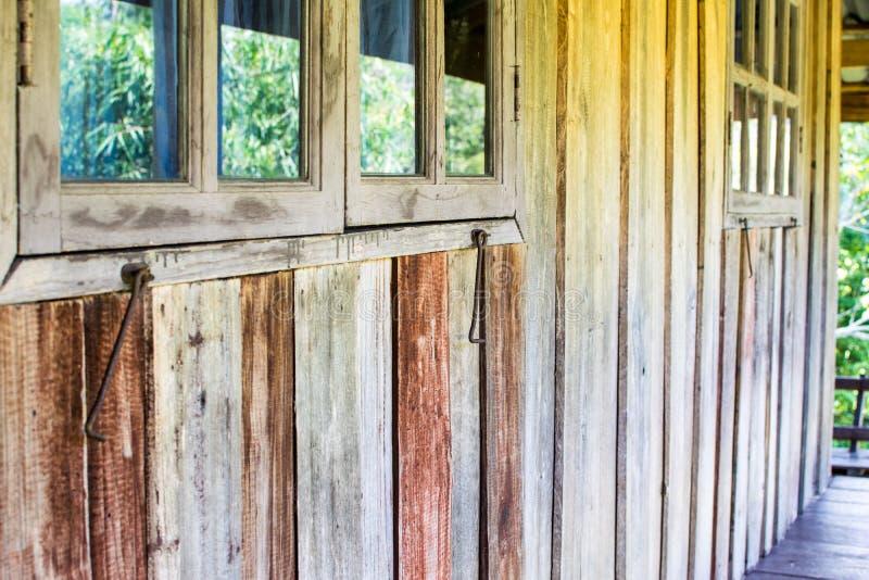 La casa rústica, la pared y el material natural fotos de archivo libres de regalías
