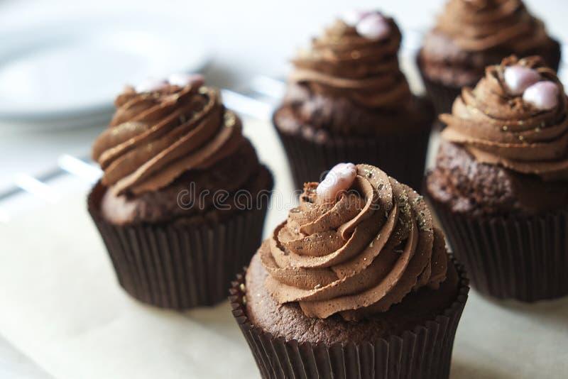 La casa saporita ha fatto i dolci al forno del muffin di compleanno Prodotti della panificazione squisiti cattivi per la figura D fotografia stock