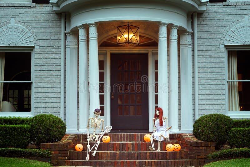 La casa se adorna para Halloween: Dos esqueletos con la naranja foto de archivo libre de regalías