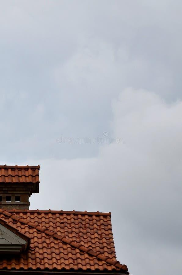 La casa se equipa de la techumbre de alta calidad de baldosas cerámicas Un buen ejemplo de la techumbre perfecta El edificio es c imágenes de archivo libres de regalías