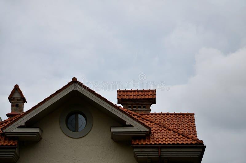 La casa se equipa de la techumbre de alta calidad de baldosas cerámicas Un buen ejemplo de la techumbre perfecta El edificio es c fotografía de archivo