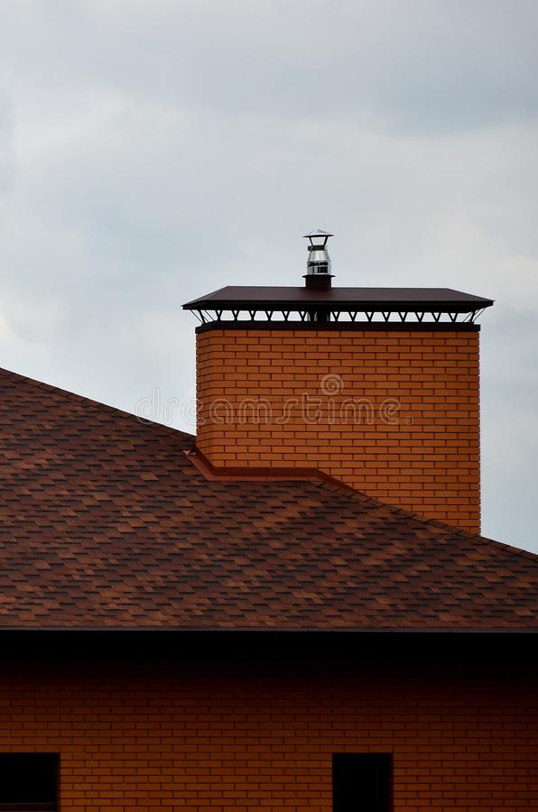 La casa se equipa de la techumbre de alta calidad de las tejas del betún de las tablas Un buen ejemplo de la techumbre perfecta E imagen de archivo libre de regalías