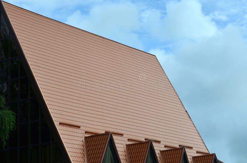 La casa se equipa de la techumbre de alta calidad de las tejas del metal Un buen ejemplo de la techumbre moderna perfecta El edif fotos de archivo
