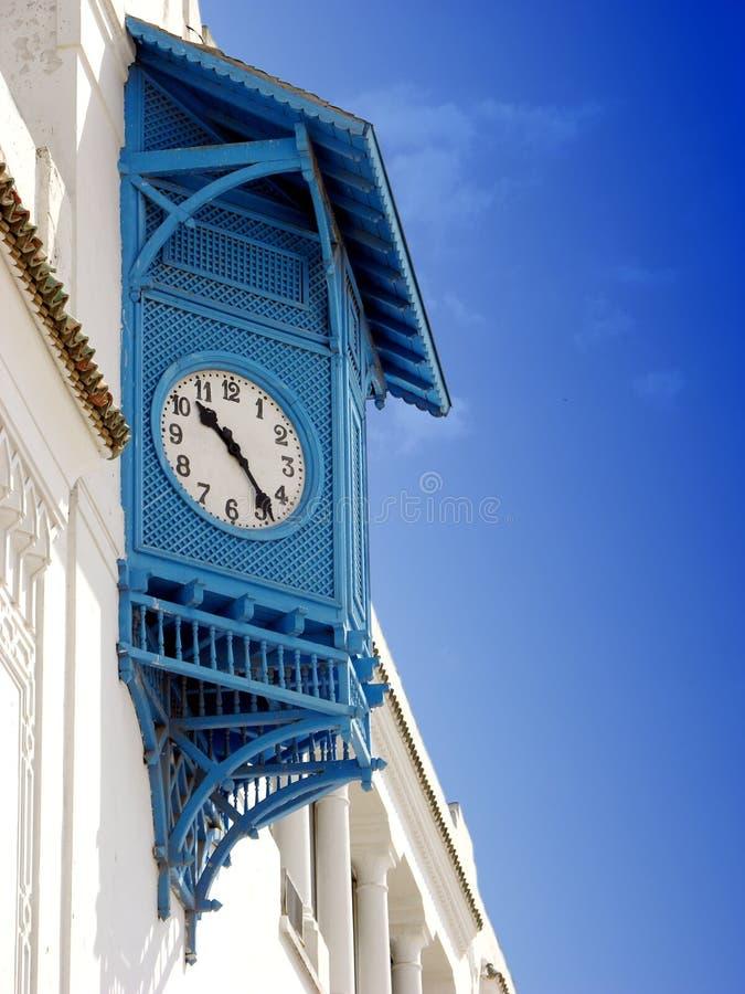 La casa típica con los obturadores azules profundos registra en Sidi Bou Said, Túnez fotos de archivo
