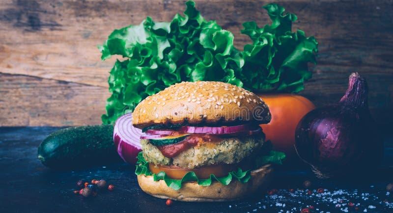 La casa vegetariana dell'hamburger ha prodotto l'hamburger con la cotoletta e le verdure del cece Concetto di Veg Copi lo spazio fotografie stock