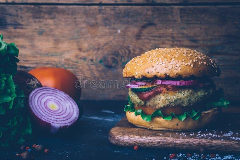 La casa vegetariana dell'hamburger ha prodotto l'hamburger con la cotoletta e le verdure del cece Concetto di Veg Copi lo spazio fotografia stock libera da diritti