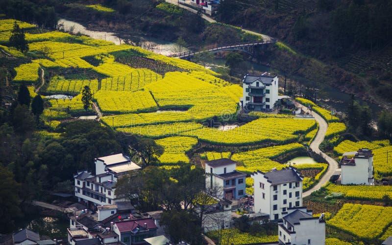 La casa vieja antigua china del valle pasa por alto en montaña con un puente y un camino, en Anhui, China imágenes de archivo libres de regalías