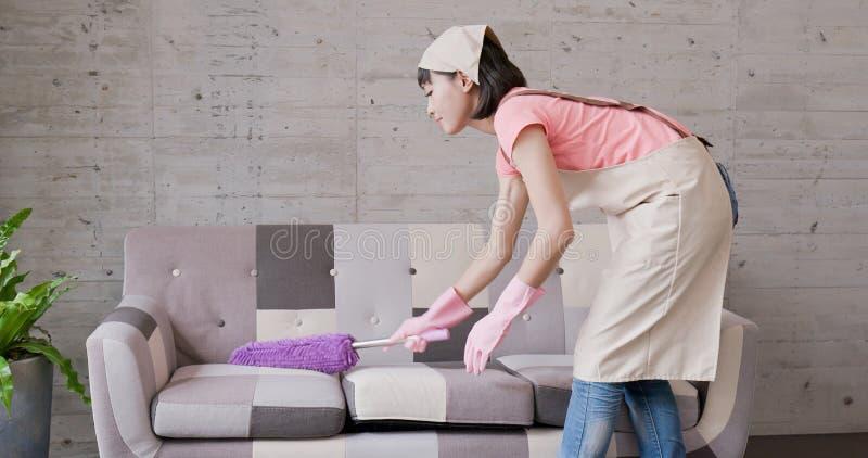 La casalinga della donna fa piazza pulita fotografia stock libera da diritti
