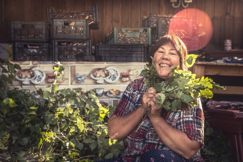 La casalinga senior felice allegra delle donne è andato in pensione fotografia stock