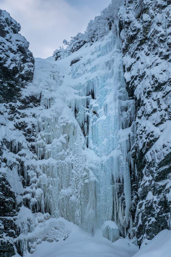 La cascada congelada Njupeskär en Suecia septentrional imágenes de archivo libres de regalías