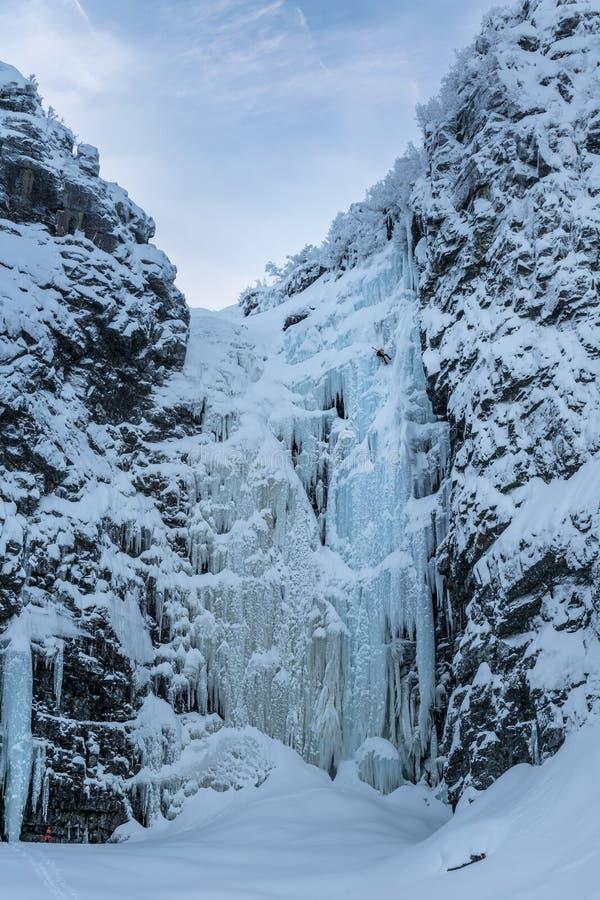 La cascada congelada Njupeskaer en la Suecia septentrional de congelación fotografía de archivo libre de regalías