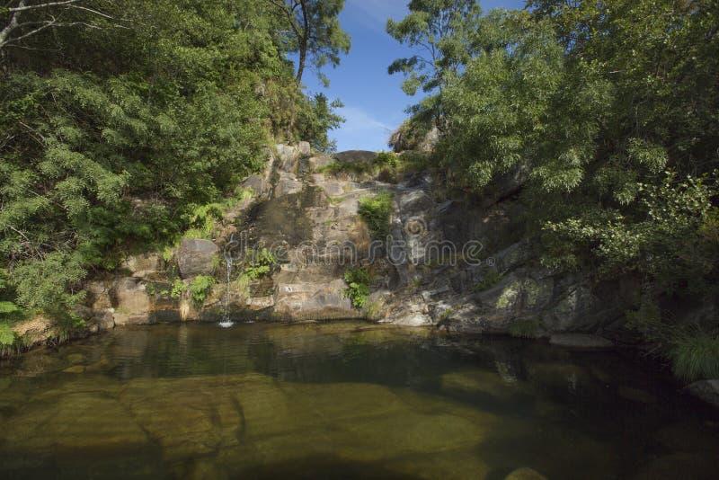 La cascada de Arnal en Serra hace Alvão, Portugal imagenes de archivo
