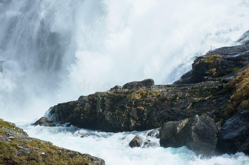 La cascada de Kjosfoss a lo largo del Flamsbana a la pista ferroviaria de Myrdal en Noruega fotos de archivo