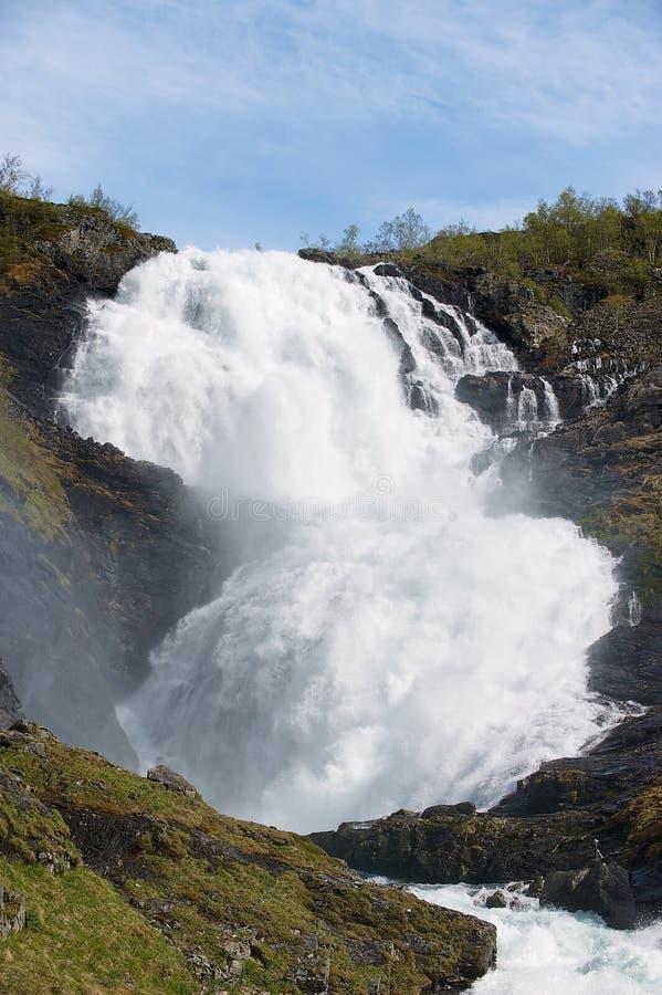 La cascada de Kjosfoss a lo largo del Flamsbana a la pista ferroviaria de Myrdal en Noruega foto de archivo libre de regalías
