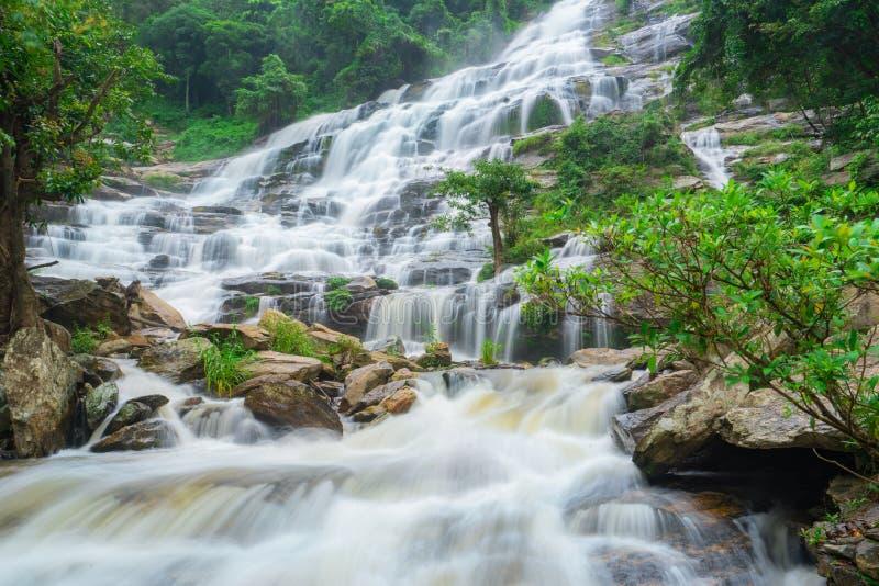 La cascada de Mae ya es una gran y hermosa cascada en Chiang Mai Tailandia fotos de archivo libres de regalías