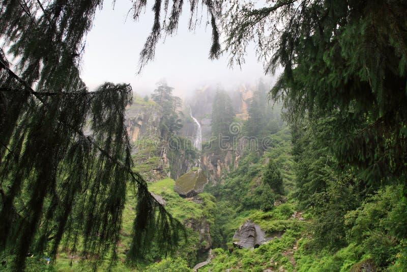 La cascada en el valle de Kullu cerca de la ciudad de Kullu, la India foto de archivo