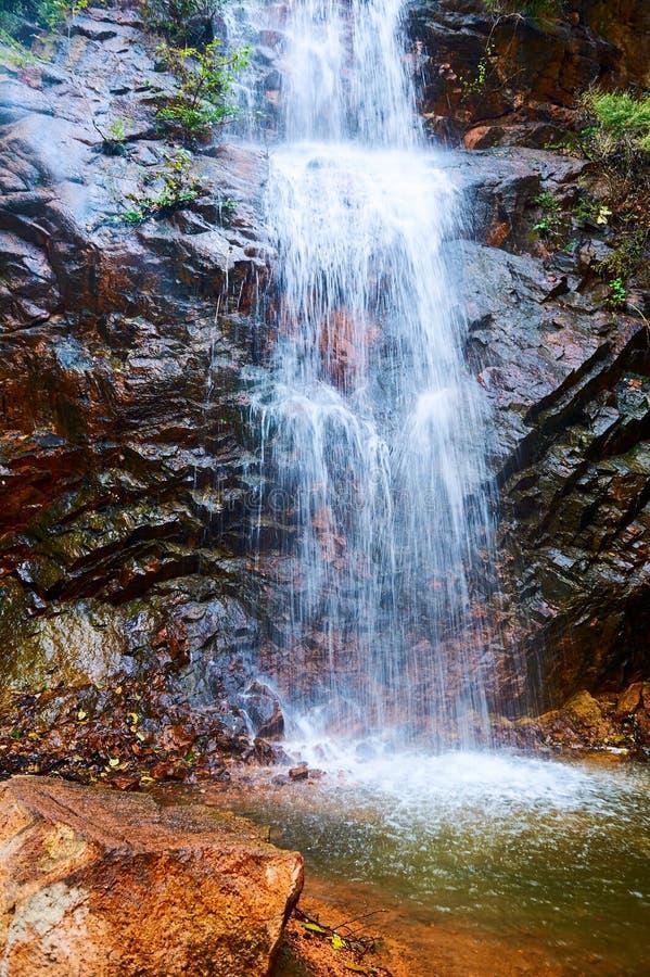 La cascada en la roca imagen de archivo