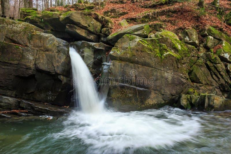 Download La Cascada Hermosa Sale De Una Roca Enorme En El Bosque Imagen de archivo - Imagen de verano, resorte: 42445939