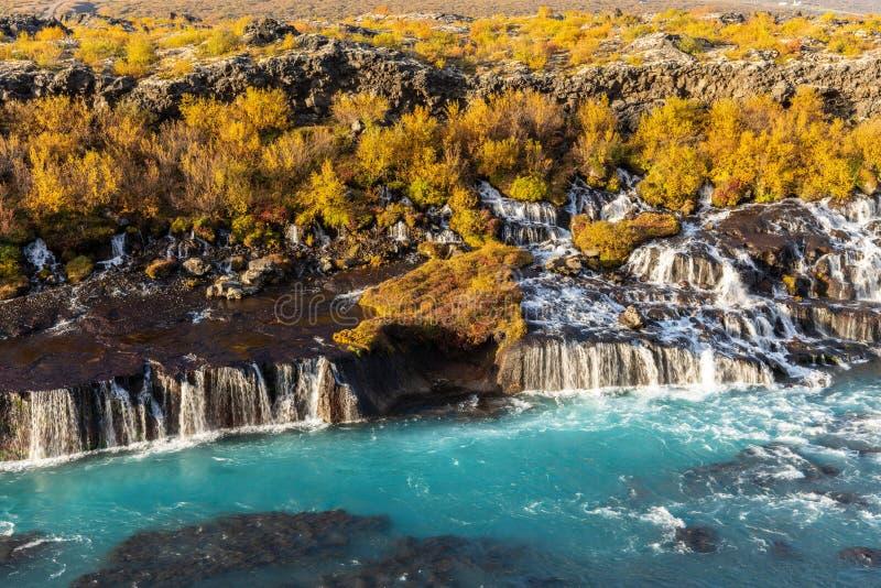 La cascada Hraunfossar en Islandia en colores del otoño fotografía de archivo libre de regalías