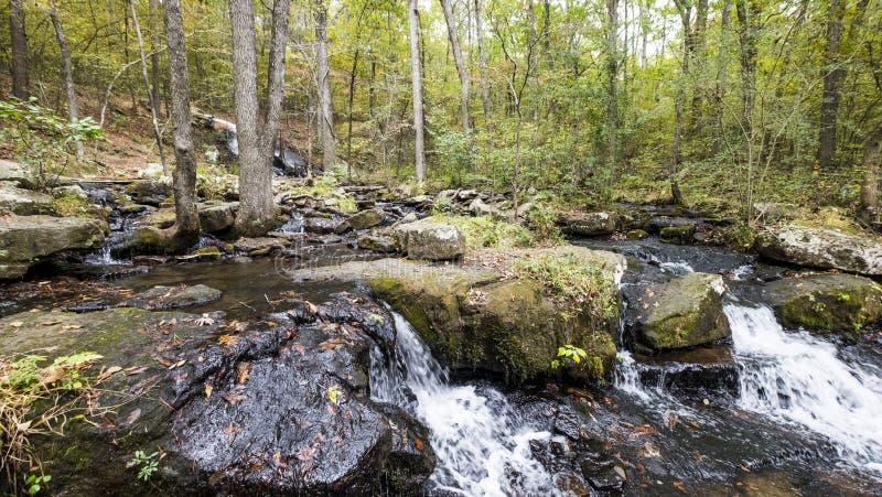 La cascada a lo largo de Collins Creek en Herber salta Arkansas fotografía de archivo