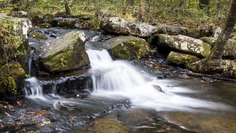 La cascada a lo largo de Collins Creek en Herber salta Arkansas imagen de archivo libre de regalías