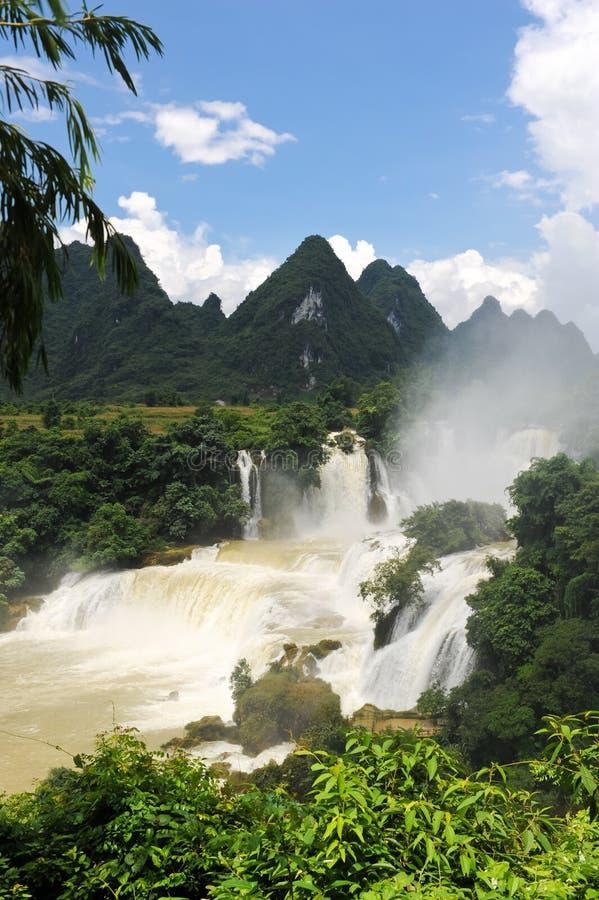 La cascade à écriture ligne par ligne de Detian en Chine images libres de droits