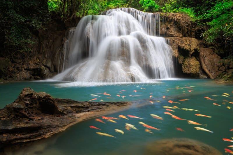 La cascade à écriture ligne par ligne de Huai Mae Khamin, Thaïlande photo stock