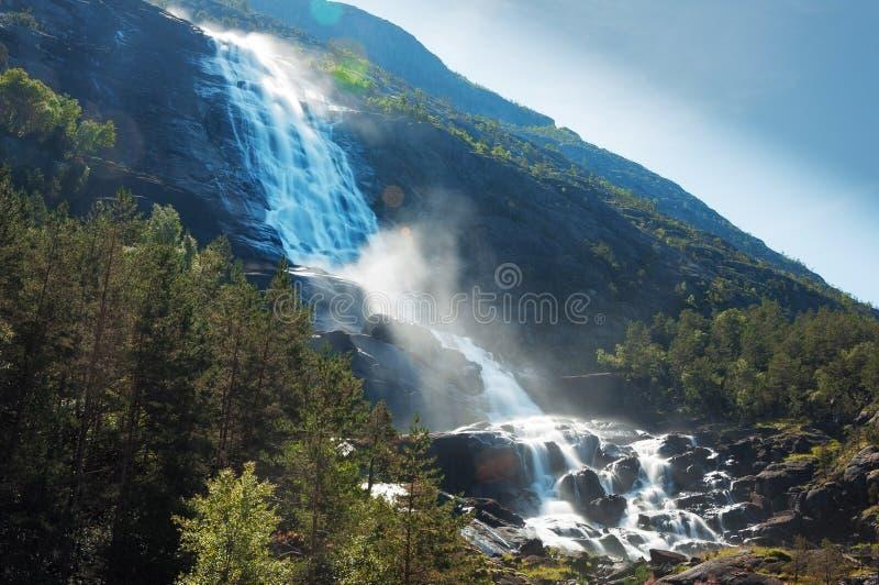 La cascade étonnante de Langfossen en été norway photographie stock