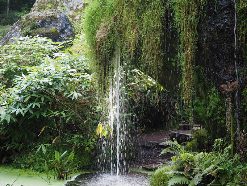 La cascade au château de cajolerie fond l'Irlande photographie stock