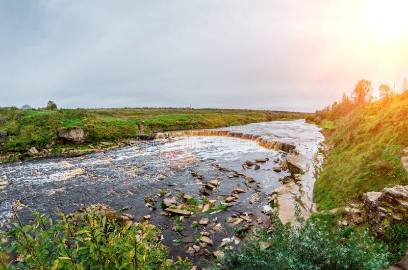 La cascade bascule des prés de champs de rivière de plaine photo stock